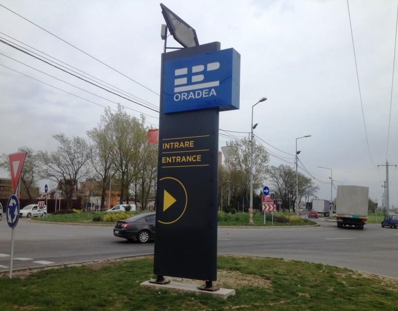 Totem luminos alimentat cu panou solar. Productie publicitara Oradea kogayonstudio.ro.