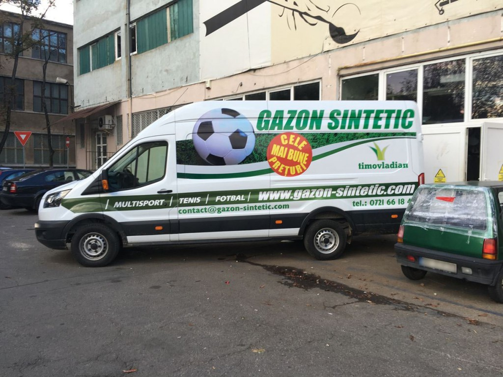 Decorare auto Gazon sintetic. Productie publicitara Oradea kogayonstudio.ro